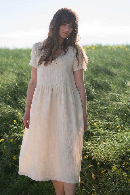 Sukienka midi z dekoltem v z muślinu piaskowa