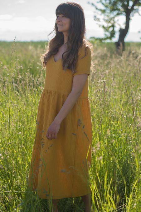 Sukienka midi z dekoltem v z muślinu mango