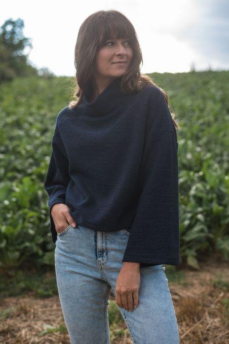 Wełniany sweter z szerokimi rękawami o krótszym kroju