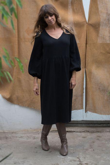 Sukienka midi z dekoltem v z muślinu czarna