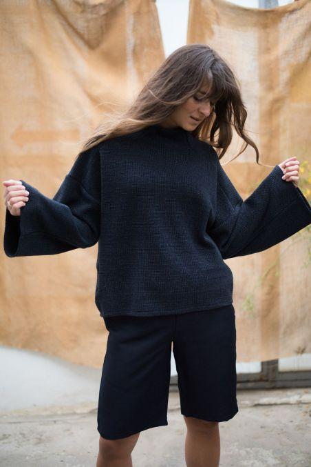 Wełniany sweter z szerokimi rękawami o dłuższym kroju