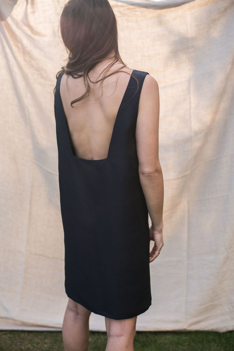 Sukienka lniana z głębokim dekoltem na plecach