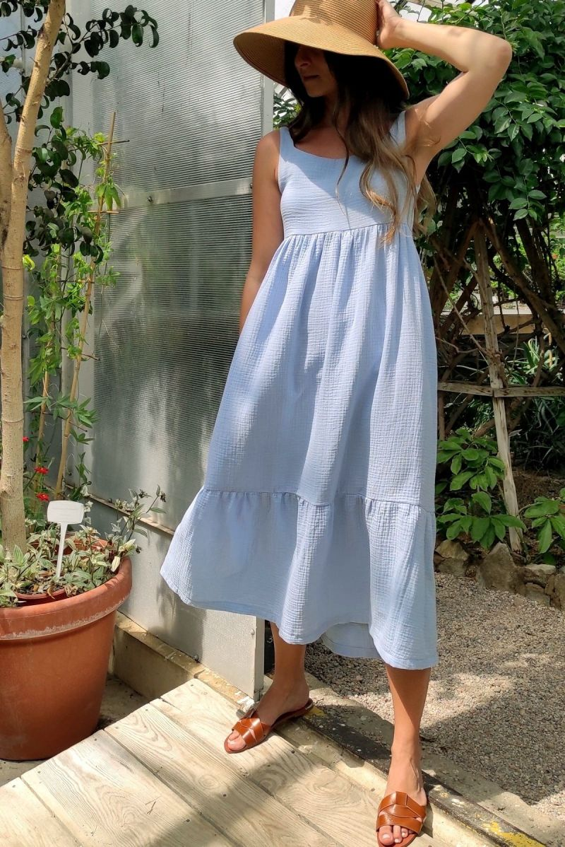 Muślinowa długa sukienka z falbaną baby blue