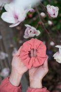 Muślinowa gumka do włosów zero waste szminkowa brzoskwinia