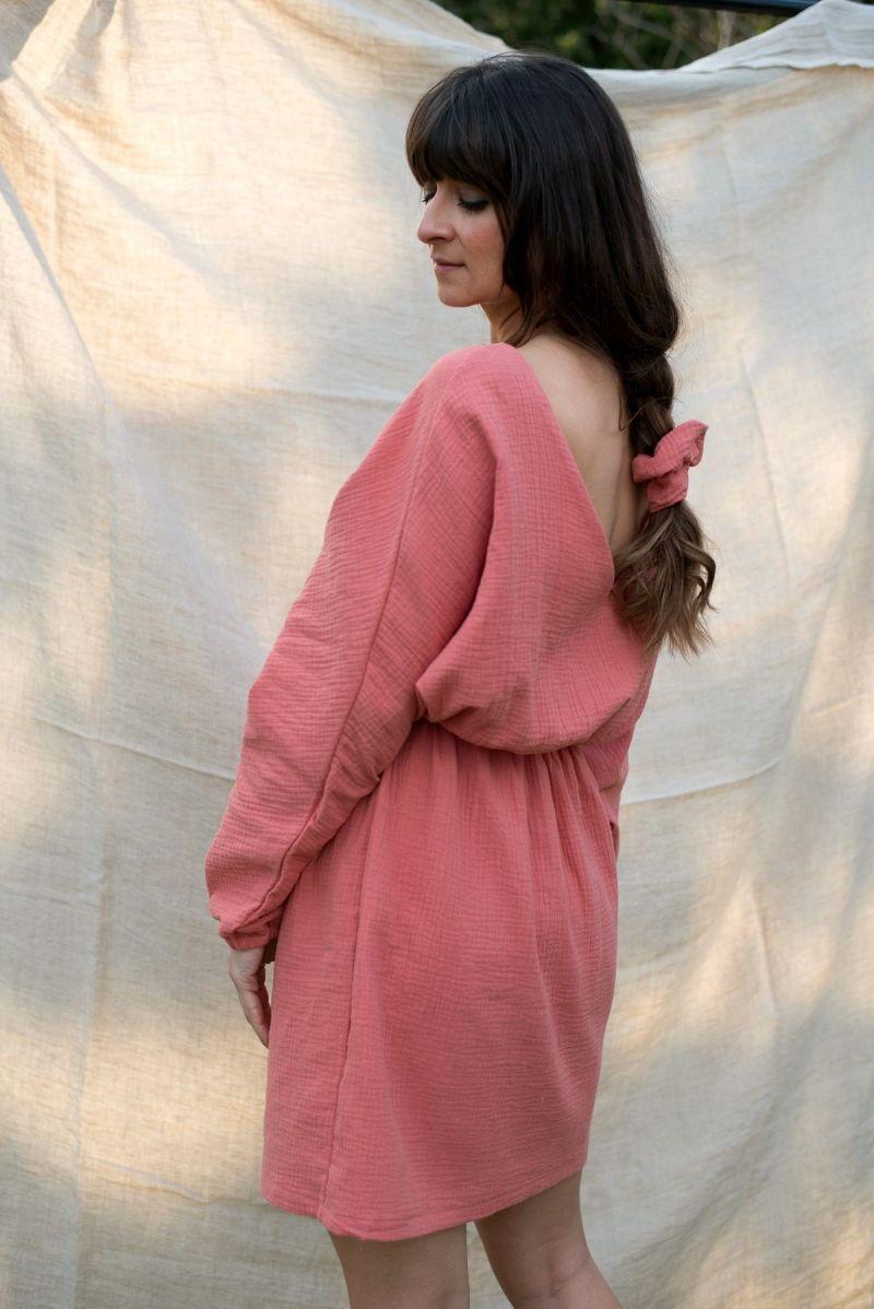 Muślinowa mini sukienka z dekoltem V na plecach szminkowa brzoskwinia
