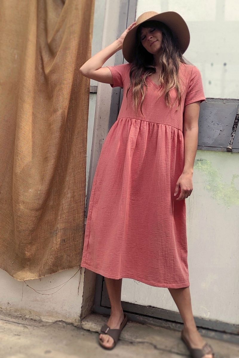 Sukienka midi z dekoltem V z muślinu szminkowa brzoskwinia