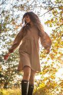 Sukienka luźna muślinowa z balonowymi rękawami latte w kropeczki